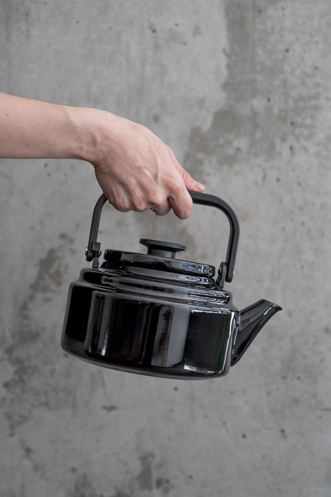 Noda Horo_AMU Enamel Kettle_Black_top